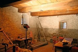 Unten links: Raum mit Bruch-steinwänden im Erdgeschoss während der Bauarbeiten<br />