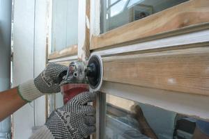 Bei tiefen Kratzern und Beschädigungen muss die komplette Beschichtung abgeschliffen und neu aufgetragen werden Fotos: Caparol