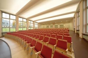 Bei der neuen Decke der Aula des Schulzentrums in Klingenthal handelt es sich um eine Kombination aus Vorfertigung und Vor-Ort-Montage in Trockenbauweise<br />