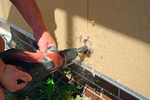Oben links: Zwei Arbeitsschritte in einem Arbeitsgang – das Bohren von Dübellöchern ins Mauerwerk und das Fräsen von Aussparungen zur Aufnahme der Tellerdübel lassen sich mit dem HFD-BohrTool ohne Werkzeugwechsel erledigen<br />