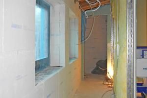 Bei niedrigeren Wänden genügt eine vollflächige Verklebung ohne Dübel<br />