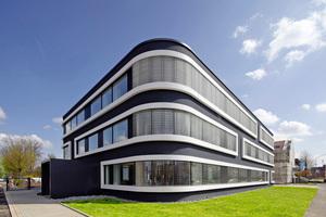 Das dreigeschossige Erweiterungsgebäude der Stadtwerke Lemgo entwarf das ortsansässige Büro h.s.d. Architekten als an den Ecken gerundetes, sehr dunkel gestrichenes Passivhaus<br />Fotos (2): Christian Eblenkamp