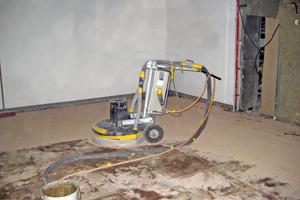 Untergrundvorbereitung: Vorhandene Belagskleberreste abschleifen