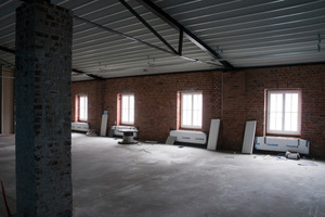 Der alte Dachstuhl ist hier bereits denmontiert und durch ein neue Metalldach mit einem Tragwerk aus Stahlbindern ersetzt<br />