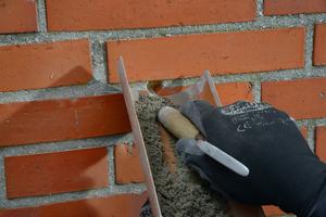 Die Bohrlöcher werden nach Abschluss der Dämmarbeiten mit farblich passendem Fugmörtel verschlossen