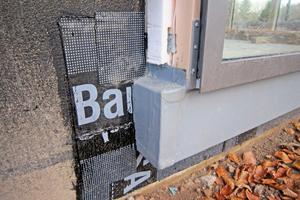 Die Holzunterkonstruktion wurde am Sockel mit folienkaschierten Blechen geschützt