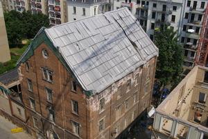 Vor Beginn der Sanierungsarbeiten war der Rohbau durch ein Notdach geschützt<br />