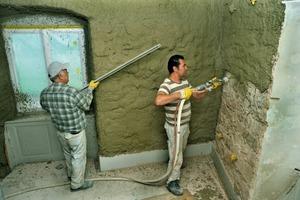 Auf die massiven Bruchsteinaußenwände brachten die Handwerker mit der Putzmaschine Kalkgrundputz auf