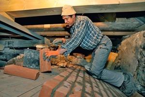 Ein Fünftel des Tonnengewölbes mauerten die Handwerker auf einer Gewölbeschalung aus Ziegeln wieder auf