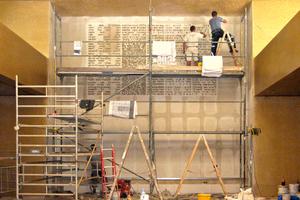 Das Buchstabenmeer brachten die Stuckateure um Martin Ranft in akribischer Arbeit an der Wand des Gottesdienstraumes an<br /><br />
