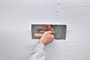 Die Effektmischung aus Glas für Oberputze und Farben lässt sich einfach verarbeiten:<br /><br />Organischer Oberputz oder Siliconharzputz wird mit der Traufel aufgetragen<br /><br />Danach wird der Putz strukturiert<br /><br />Direkt in den nassen Putz oder auf die noch offene Fassadenfarbe wird die Glasmischung eingeblasen<br /><br />Dafür kommt eine Trichterpistole zum Einsatz, die in einem Abstand von 40 bis 50 cm zur Oberfläche gehalten wird<br /><br />