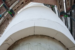 Rechts: Die Mineraldämmplatten für das WDVS wurden konisch zugeschnitten auf die Baustelle geliefert<br />