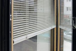 Die thermische Verglasung innerhalb des Verbundflügels des Fensters Slimline Cv-79 lässt sich öffnen, so dass die Sonnenschutzlamellen einfach zu erreichen sind