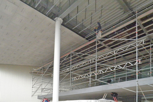 Rechts: Abgehängte Decke Ebene 2 – Befestigung der Zementbauplatten auf der Traglattung