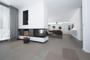 Im Wohn-/Essbereich entfalten die großformatigen Platten ihre großzügige Wirkung