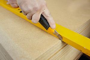 Die Lehmbauplatten kann man mit einem Cuttermesser einritzen und anschließend brechen sowie mit handelsüblichen Schnellbauschrauben befestigen und mit Lehm verspachteln. Löcher für Hohlwanddosen kann man mit einem Lochschneider oder Cuttermesser ausführen Fotos: Techno-Physik