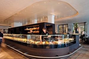 Links: Die Gipskartondecke über dem zentralen Café und Laden spachtelten die Handwerker mit Stuccolustro<br />
