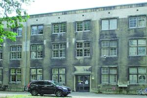 Institutsgebäude vor der Sanierung mit sichtbaren Rußspuren