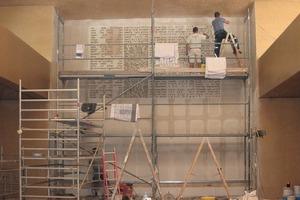 Das Buchstabenmeer brachten die Stuckateure um Martin Ranft in akribischer Arbeit an die Wand des Gottesdienstraumes<br />