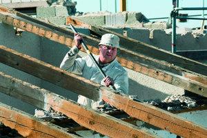 Ein Mitarbeiter der Kreß Bau- und Stuck GmbH beim Dachrückbau eines Einfamilienhauses in Höchstadt an der Aisch
