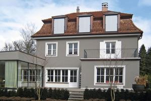 """Mit neuem Dach und klassisch lichtgrauer Fassade wirkt das große Eigenheim sehr elegant. Der Wintergarten bietet einen zeitgemäßen Kontrast<br /><span class=""""bildnachweis"""">Fotos: Homatherm/Padoplan</span><br />"""