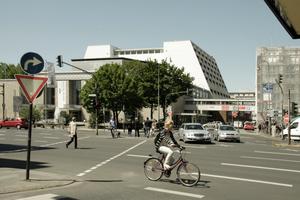 Ansicht der Kölner Oper vom Offenbachplatz aus vor der Sanierung - noch mit der Verbindungsbrücke ...<br /> Fotos: Benedikt Kraft<br />