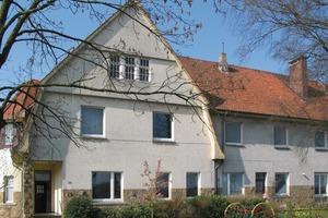 Die Fassade der Johannesschule in Rieste erhielt im Zuge der Sanierung ein WDVS – nur der Sandsteinsockel nicht. Ihn hat Malermeister Dierk Schawaller mit dem iQ-Therm-System von Remmers von innen gedämmt<br />