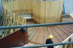 Für den Ortbeton der Spindeltreppe bauten die Handwerker in Zimmermanns-Manier eine traditionelle Brettschalung<br />