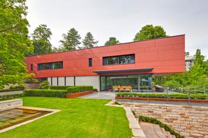 Teil des Entwurfs von Ladleif Architekten, Kassel, ist ein ausgefeiltes Freiraumkonzept mit Sandstein-Trockenmauern und Terrassierungen, das sich organisch dem halbrund ausgebildeten Hanggrundstück anpasst und den Baumbestand integriert
