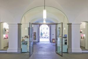 Der neu gestaltete Eingangsbereich von Schloss Meersburg. Das Glas ist in die Wand eingebaut, die Türe wird vom Glas gehalten. Auf einen störenden Holzrahmen kann dank des Hoba-Systems verzichtet werden⇥Foto: Hoba