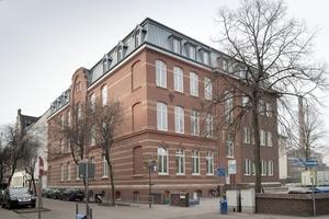 Die Fassade der Gemeinschaftsgrundschule Fürst-Bismarck-Straße in Duisburg-Ruhrort wurde im Zuge der Sanierung gereinigt und teilweise neu verfugt