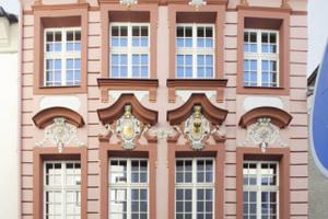 Die restaurierte, barock geschmückte Straßenfassade des Hallenhauses in Görlitz<br />Fotos (2): Robert Mehl