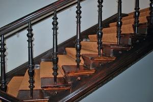 Sanierte aufgesattelte Holztreppe<br />