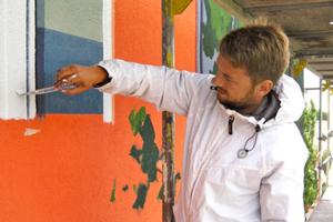 Einer der Maler-Künstler von Dekorative City konzentriert bei der Arbeit<br />