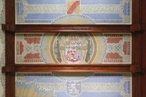 Nach Abschluss der Restaurierungsarbeiten ist an der Kassettendecke wieder das kaiserliche Wappen zu sehen