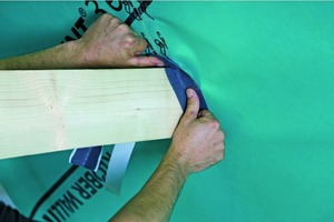 Für den Anschluss an einen durchdringenden Kehlbalken eignet sich ein Klebeband aus gekrepptem, hochdehnfähigem Aluminium<br />