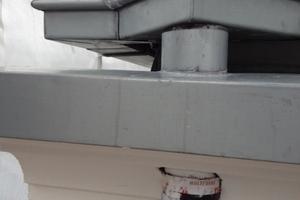 Detail: Das Fallrohr wurde durch ein auf Pass in das Gesims eingeklebtes kurzes Führungsrohr gesteckt