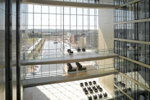 Im Headquater geht der Blick durch die geschossübergreifend geöffnete Glasfassade nach draußen