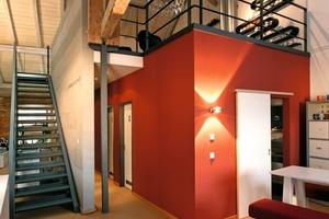 Auf der rot gestrichenen Raumzelle der Werbeporzellanmanufaktur fand ein Besprechungsraum seinen Platz