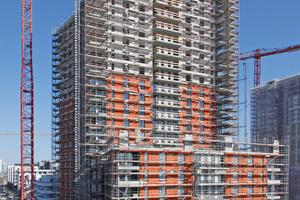 Am Gebäude kamen insgesamt drei WDVS-Aufbauten von Caparol zum Einsatz. Bei der Verarbeitung war höchste Qualität gefordert, weil mit jedem Meter Bauhöhe die Witterungsbelastung steigt und eine spätere Überarbeitung immer aufwendiger wird
