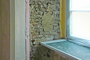 Unebenheiten in der Wand egalisierten die Handwerker mit einem Ausgleichsputz zur Aufbringung der Innendämmplatten