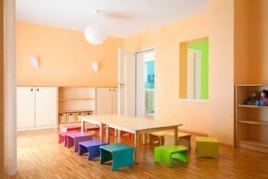 Im Gruppenraum der werkseigenen DAW-Kinderkrippe überwiegen die warmtonigen Farben mit einzelnen Akzenten<br />