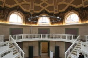 """Hörsaal mit Blick auf den """"Bühneneingang"""" für den Professor<br />"""
