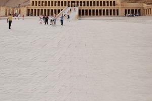 """<div class=""""99 Bildunterschrift_negativ"""">Der vor 3500 Jahren errichtete Totentempel der Pharaonin Hatschepsut nahe der Stadt Luxor wird mit speziellen Remmers-Produktsystemen für die Natursteinrestaurierung und -konservierung saniert</div>"""
