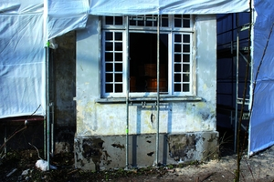 Stark geschädigter Sockelbereich vor der Sanierung