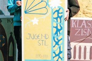"""Diese beiden jungen Damen haben ihre Aufgabe """"Jugendstil"""" im Seminar in Form, Farbe und Schrift sehr gut umgesetzt<br />"""