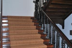 Eneuerter Belag auf einer repräsentativen Holztreppe
