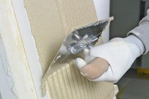 """Links: Der Kleber wird mit einer neuen Zahntraufel von Sto auf Dämmplatte und Wand aufgezogen<span class=""""bildnachweis"""">Fotos: Sto</span>"""