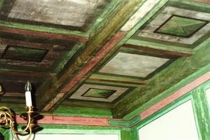 Freigelegte Holzdecke im Schloss Annaburg (Sachsen-Anhalt), ausgeführt mit stark farbigen Kalkkaseinfarben <br />