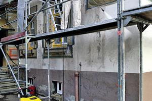 Rechts: Ein beheizter Hochdruckreiniger, wie der HDS 5/11 U von Kärcher, löst auch hartnäckige Verschmutzungen